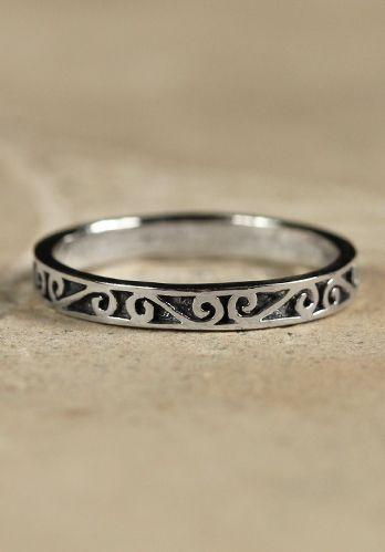 Ring Nilindi Dieser keltische Ring eignet sich ideal für einennordischen Charakter auf einem Larp oder Mittelaltermarkt. Charakteristisch für keltischen Schmuck sind natürlich die Knoten, die sehr filigran in das Schmuckstück...