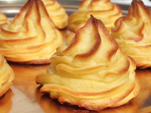 POMMES DUCHESSE (Pour 6 P : 1 kg de pommes de terre, 120 g de beurre ramolli coupé en morceaux, 2 œufs entiers, 2 jaunes d'oeufs, sel, poivre, muscade) cuisson au four.