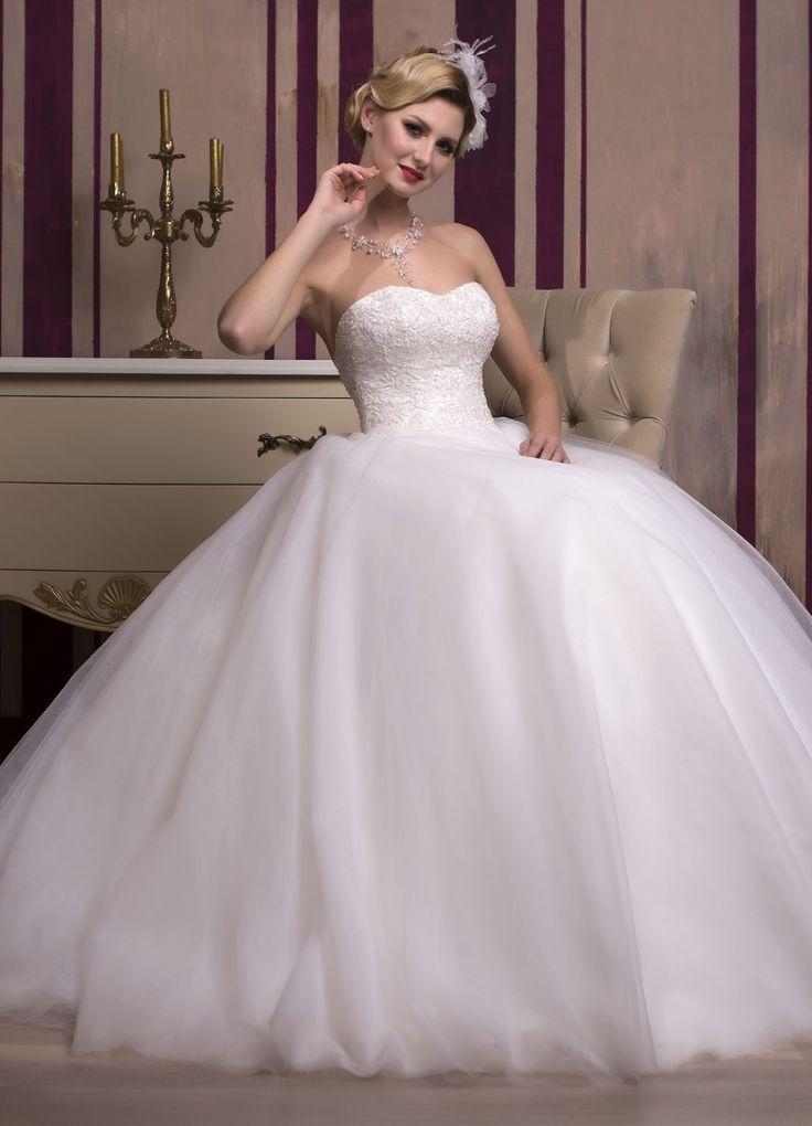 Prekrásne svadobné šaty so širokou tylovou sukňou a korzetom