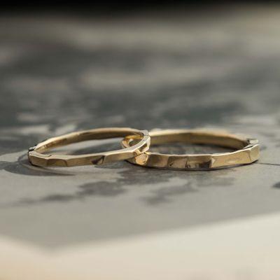 ゴールドのマリッジリング:Luce(ルーチェ) 凹凸のあるリング表面。繊細な太さで光をやさしく映します。 [結婚指輪,ウエディング,gold,wedding ring,]