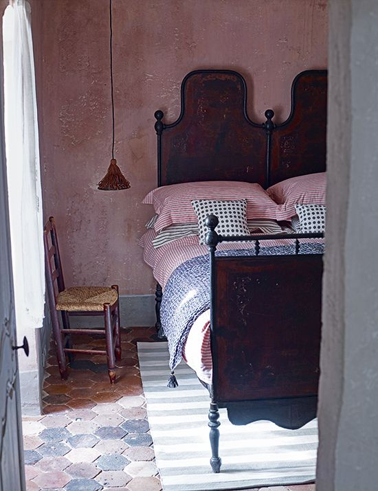 Rustic comfort. Homes-&-Gardens-Stripes-&-Spots-bedroom