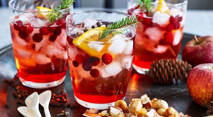 Recept på juldrink. Drinken kan göras alkoholfri med äppeljuice istället för äppelvin, uteslut konjak och bitter.