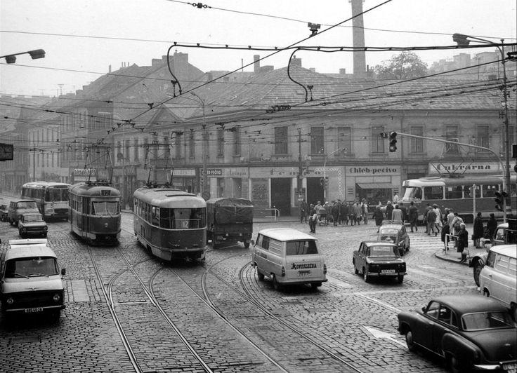 Původní podoba křižovatky Anděl. Starší zástavba musela ustoupit hloubené stavbě stanice. Později na jejím místě vyrostl jednopodlažní pavilon ukrývající vestibul a zázemí stanice Moskevská.