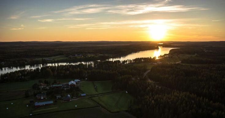 Tornionlaakso Pellossa keskiyön auringon aikaan.