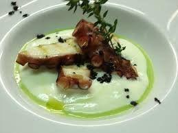Polpo su spuma di patate con polvere di olive nere. Un piatto di alta ristorazione ma facilissimo da preparare in casa. Bella figura assicura
