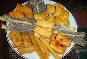 Různé druhy slaných sušenek zhotovené z jednoho těsta
