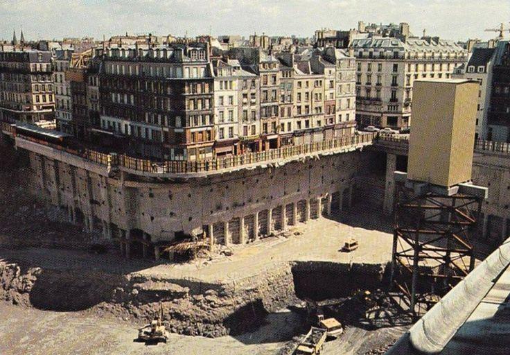 Le trou des Halles, Paris, vers 1973 avec une vue pour le moins surprenante du square des Innocents et de sa fontaine, en face de la rue Berger.