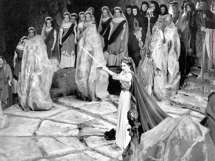 Enfin!!! Un post en hommage à la reine du panthéon des sopranos: Maria CALLAS. Maria CALLAS, une voix comme nulle autre pareille (même si certaines ont tenté de s'en rapprocher comme Maria Dragon…