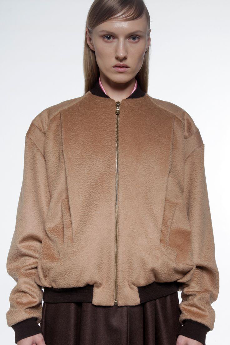 Le teddy XXL, essentiel pour cet hiver, est ici réalisé dans un cachemire camel.