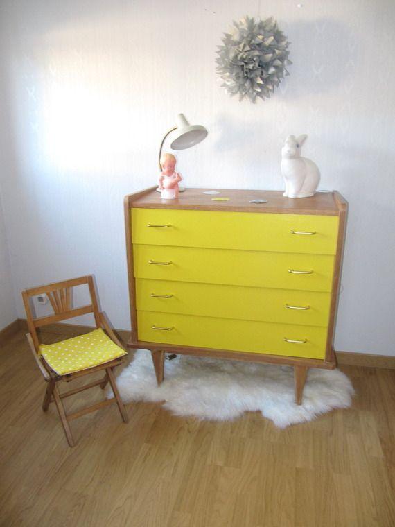 Commode années 60 en chêne et tiroirs jaune.
