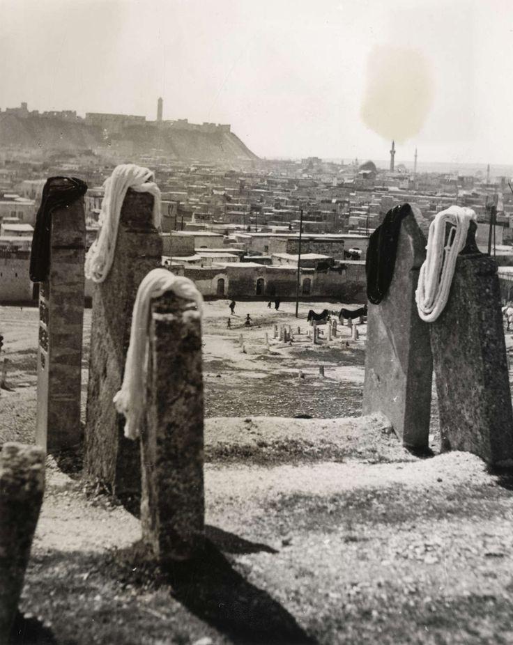 Tapijten.Wol voor de Oosterse tapijten ligt te drogen op natuurstenen grafzerken buiten de stad. Syrië, 1941.