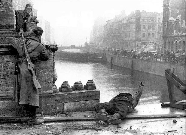 soviet soldier peers cautiously around the spree in the battle of berlin along with a comrade. Black Bedroom Furniture Sets. Home Design Ideas