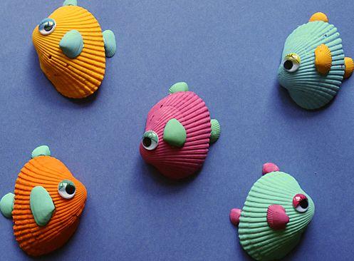 Peces de colores para los mas pequeños usando conchas de mar    Si tienes planeado ir la playa este verano, es probable que tus hijos recolecten muchas conchas marinas. ¡Puedes convertir un montón de esas conchas en lindos y pequeños peces tropicales! Así que prepárate para aprender cómo hacer peces de colores para los mas pequeños usando conchas de mar.   #manualidades
