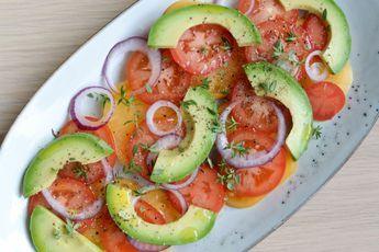 Denne skønne, hurtige salat med avocado, løg og tomat tager ingen tid at bikse sammen, smager skønt og passer perfekt til en lækker, grillet bøf!