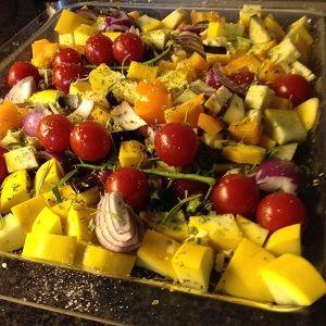 Een makkelijk te maken voedselzandloper recept met een heerlijke schaal gebakken groenten en gebakken zalm. Gezond met courgette, aubergine, paprika, ui en tomaat.