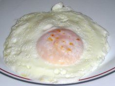 Huevo frito hecho en microondas