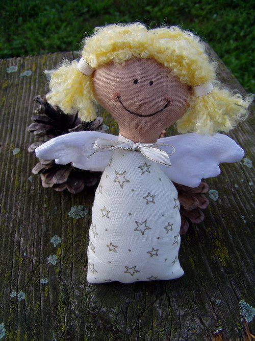 andělíček Krásný, ručně šitý andělíček s vlásky. Každý kus originál. Vhodné jako Vánoční dekorace, nebo hračka pro děti. Materiál bavlna, duté vlákno. Malovaný obličej, vlásky z vlny, přišitá křídla. Výška 17 cm, šířka přes křídla 11cm.