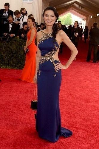 A chinesa Wendi Murdoch, ex-mulher do todo poderoso da mídia norte-americana Rupert Murdoch, optou por um azul com detalhes em dourado e recorte na cintura