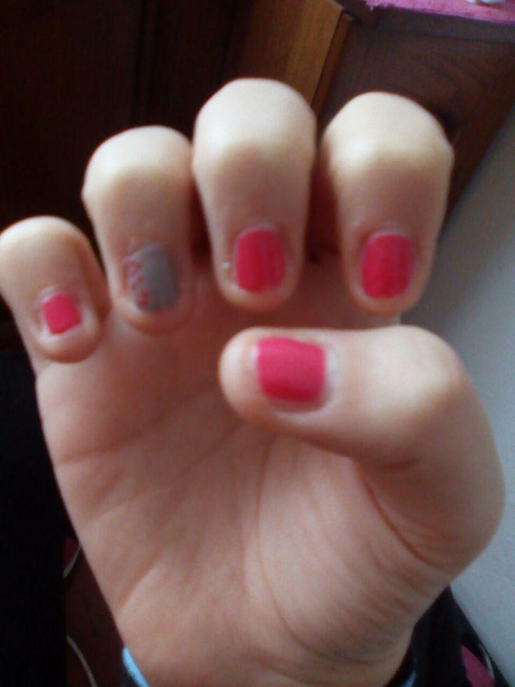 Unghie fuxia e grigie con pallini colorati fuxia sulle unghie grigie