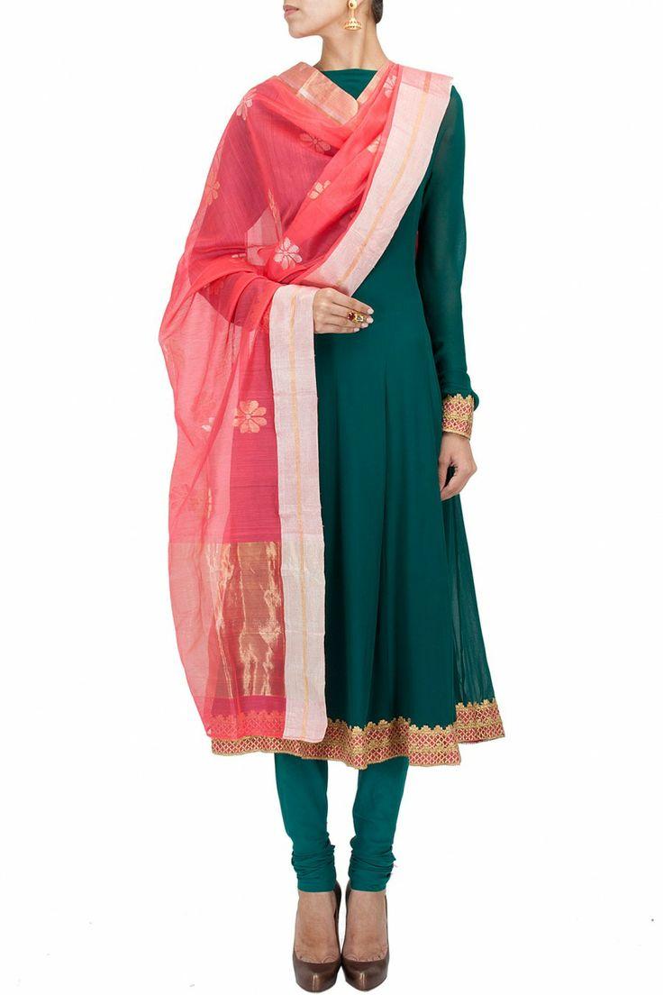 Coral flower scatter handwoven dupatta BY RAHUL MISHRA. Shop now at perniaspopupshop.com #perniaspopupshop #clothes #womensfashion #love #indiandesigner #rahulmishra #happyshopping #sexy #chic #fabulous #PerniasPopUpShop #sari