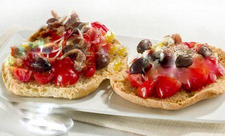 CAPONATA ~ Regione di appartenenza: Campania ~ Categoria di appartenenza: Antipasti ~ Ingredienti: freselle, sottaceti, papaccelle, capperi, olive, acciughe salate, sgombro, olio extravergine, d'oliva, aceto bianco, vino bianco, succo di limone, sale e grani di pepe nero ~ Preparazione: https://www.facebook.com/photo.php?fbid=221345884721907&set=a.210358612487301.1073741828.210336982489464&type=1&theater