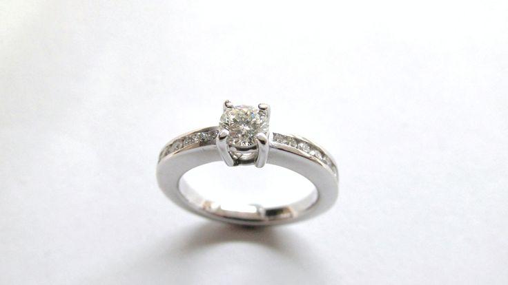 Elegante y sofisticado, ideal para pedir la mano, Solitario en oro blanco de 18k  con diamantes R235 S  Joyas Marcel  Duran Joyeros, Bogotá. #duranjoyerosbogota #joyasbogota #hermosasjoyas #renovamostujoyero #hechoamano #fabricaciondejoyas #oro #anillos  #argollas #anillosdecompromiso #solitario #compracolombiano #colombia #gold #handmade #jewelry #anillosdecompromiso #novias #matrimonio #esposos #boda #novio #wedding #husbands #felicidad #piedraspreciosas #diamante #piedrassemipreciosas