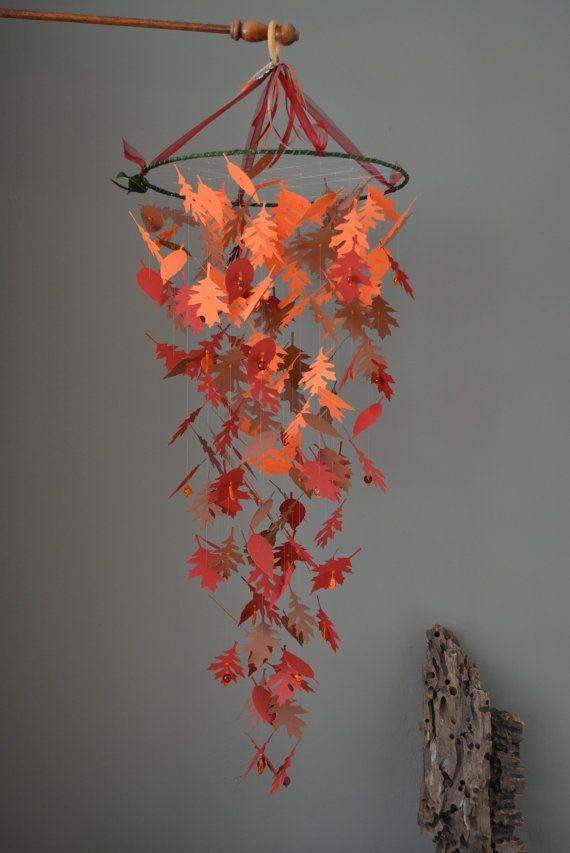 Gave kinderkamer mobiel gemaakt met bladeren in zacht oranje, bordeaux rood en bruin --- Babykamer, stoere jongenskamer of als herfstdecor