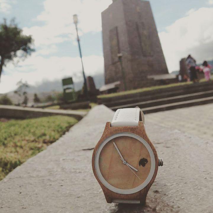 Desde Ecuador en la mitad del mundo con #castorwatches y el modelo Indie . Ven por el tuyo en www.castor-watches.com whatsapp: 56994033705  gentileza de Francisca Castro #relojesdemadera #reloj #relojes #watches #watch #bamboowatch #woodenwatches