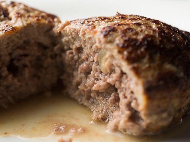 肉汁たっぷりの本格ハンバーグレシピの極意を、ハンバーグが人気の老舗洋食店レストランサカキの榊原シェフに教えてもらいました。練り方や焼き方のコツを押さえるだけで、ハンバーグはジューシーに生まれ変わるんです。
