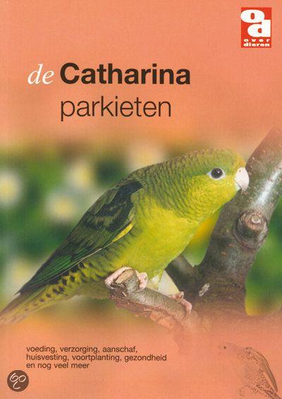 Catharinaparkieten zijn sociale vogels, die het liefst in een groep leven. In het boek wordt aangegeven met welke andere vogelsoorten ze samen geplaatst kunnen worden.