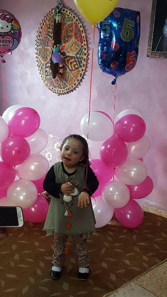 """סינאל המקסימה עם תסמונת דאון חוגגת היום יום הולדת 5 .  ФБ """"כפר חבד""""."""