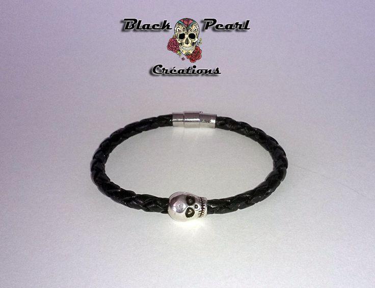 Bracelet créateur cuir tressé noir, tête de mort argentée et fermoir magnétique : Bracelet par black-pearl-creations