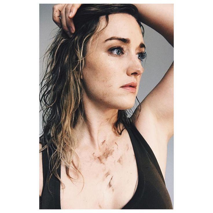 "7,852 Me gusta, 114 comentarios - Ashley Johnson (@ashleythejohnson) en Instagram: ""Post Dancing/Wrestling in the rain. #BlindspotSeason3"""