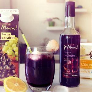 Versez le jus de raisin dans un verre. Complétez avec de la limonade. Battez à l'aide d'un petit fouet pour bien mélanger. Versez 2 cl de sirop de violette dans le verre, sans mélanger.