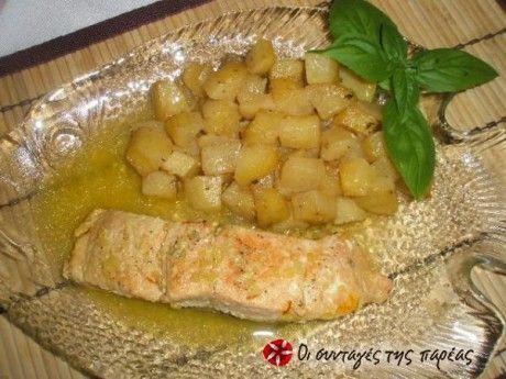 Φρέσκος σολομός λεμονάτος με πατατούλες αρωματισμένες με δεντρολίβανο.