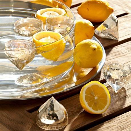 Schon einmal Zitronen schwimmen lassen?Nein?!- Höhlen Sie Zitronen aus und setzen kleine Teelichter rein.Möchten Sie mehr Farbe? Ergänzen Sie Limetten! Zur Form der Zitronen passen die Windlichter Adelia von #loberon
