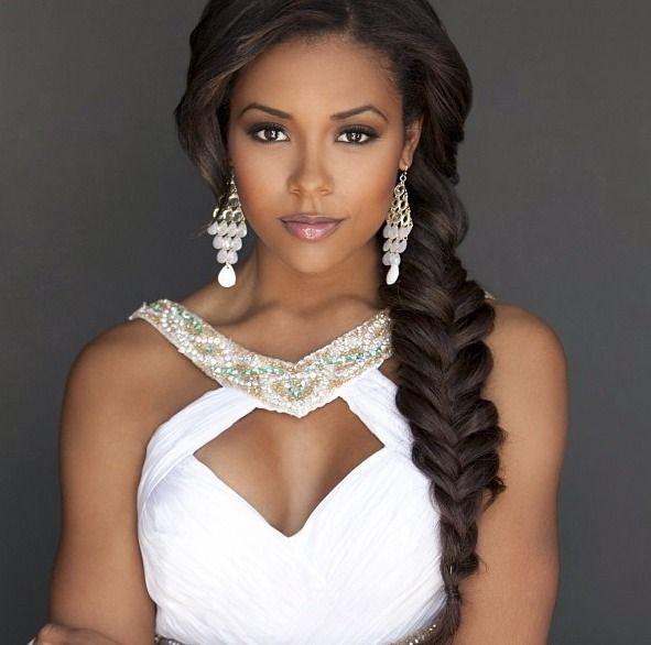 Love this side braid for your wedding day hairstyle!!