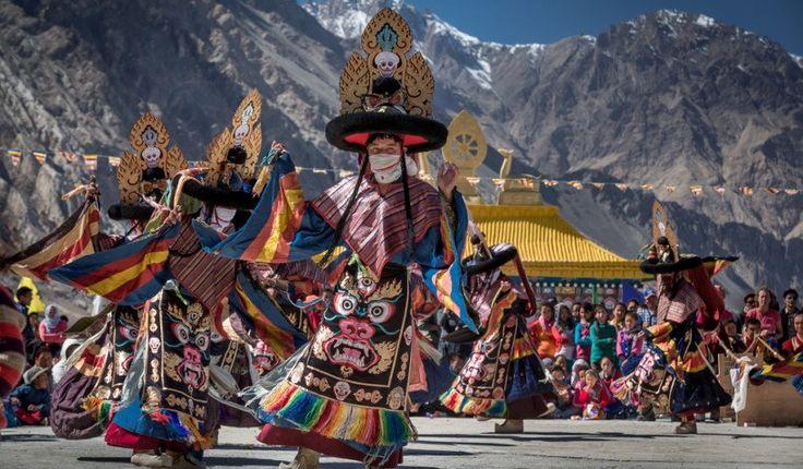 Ladakh Festival, Cada año desde el 20 de septiembre al 26 de septiembre, el Festival de Ladakh comienza en los Himalayas más fríos, un destino aislado que viene vivo los meses de verano con una explosión colorida de la vida durante el corto período caliente. Como adiós al verano, el festival destaca la cultura regional y los deportes en un evento dinámico de una semana de duración de tiro con arco y polo, deportes, artesanías y danzas rituales.