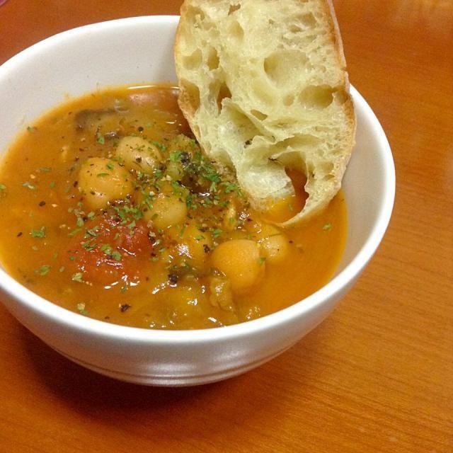 あまり野菜をホールトマト使って煮込みスープへ。 (ひよこ豆、玉ねぎ、キャベツ、ほうれん草、生ハーブ多々) - 8件のもぐもぐ - 具だくさんスープ by shinhan