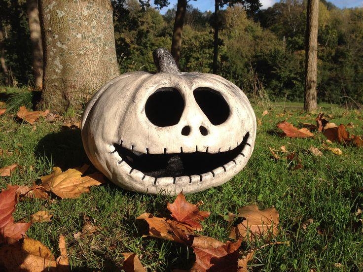Jack Skellington (Nightmare before christmas) halloween pumpkin made from MakeMake concrete.                              Beton græskar af Jack Skellington fra filmen Nightmare before Christmas af Tim Burton, lavet i dekorations beton af typen MakeMake