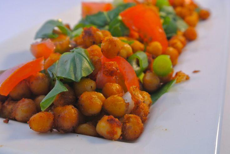 Een heerlijke vegetarische salade met geroosterde kikkererwten uit de oven, bosui, cherrytomaatjes en verse basilicum. Echt een aanrader om eens kikkererwten met kruiden uit de oven te bereiden, niet alleen lekker in een salade maar ook om zo op de snoepen. Tijd: 5 min. + 20 min in de oven Recept voor 2 personen Benodigdheden: …