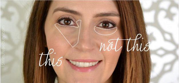 Trata la zona bajo el ojo más como un triángulo que como una media luna. | 21 Trucos de belleza para aquellas adictas al maquillaje que son principiantes
