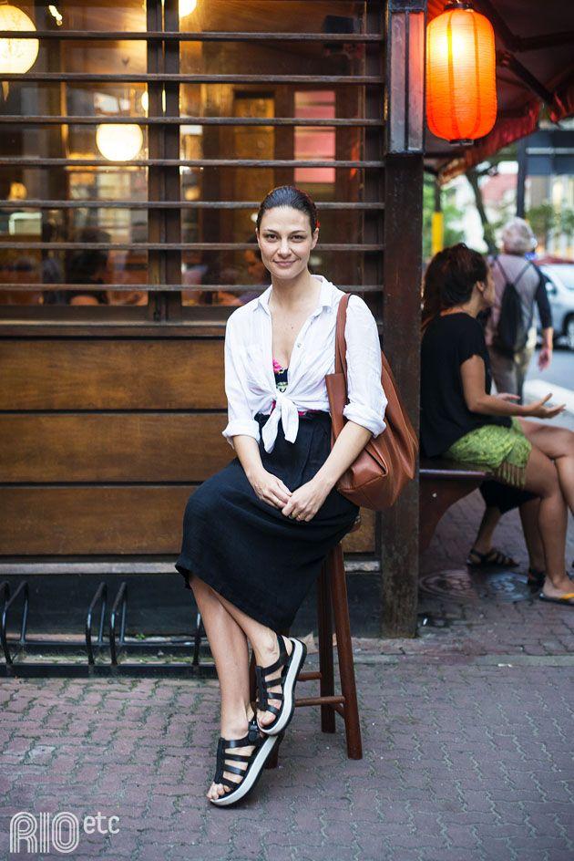RIOetc | Achado de família | Letícia Gicovate passeou por ipanema com o par perfeito:  saia longa preta e blusa branca!
