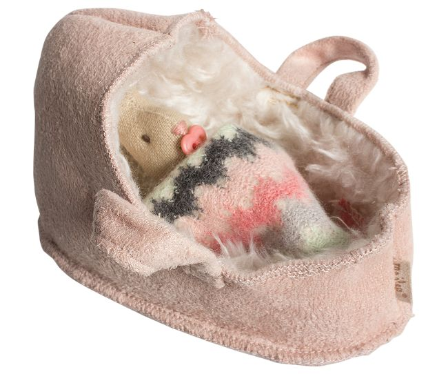 maileg baby tragetasche inkl decke f r hasen puppen gr micro sch nes f r kinder. Black Bedroom Furniture Sets. Home Design Ideas