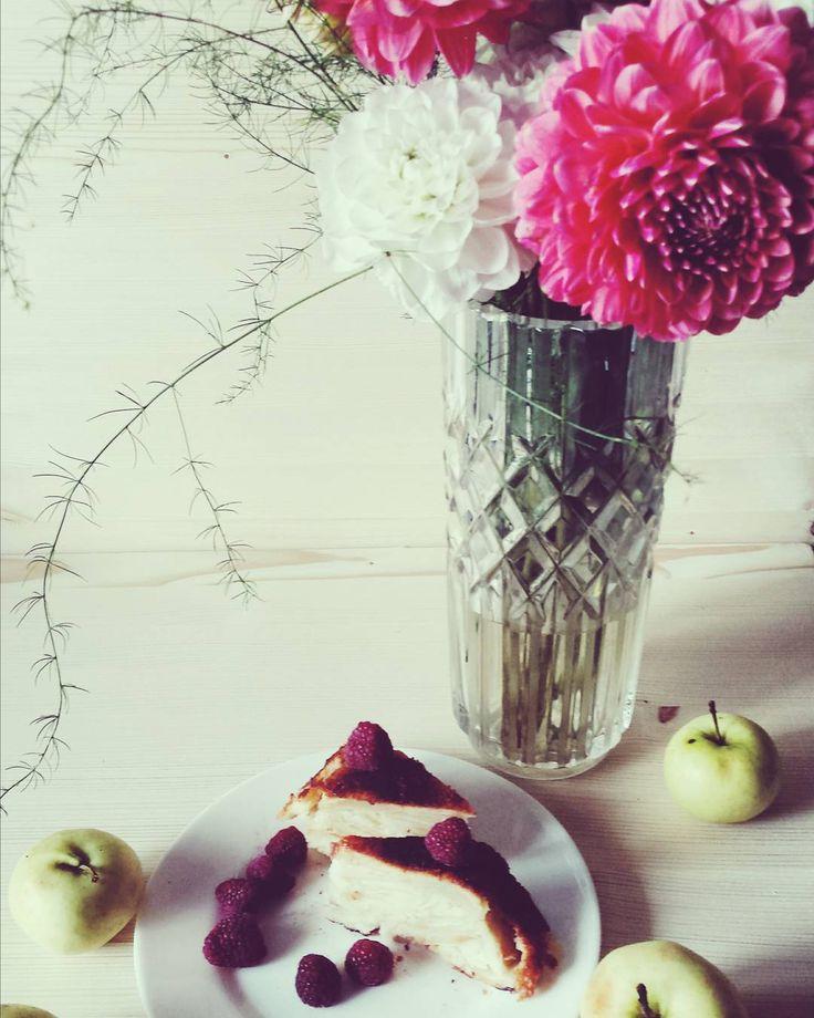 #breakfast #apple #pie #flowers #vase #chrisanthemum #baking #lemon #deliscious #morning #autumn #утро #завтрак #выпечка #осень #цветы #ваза #хризантемы #яблоки #лимон #2016 #рецепт #сноваеда #arcticsunflowerготовит TORTA DI MELE DELLE SORELLE SIMILI/ Яблочный пирог сестер Симили яблоки очищенные и порезанные на дольки  1 кг; мука  150 г; сахар  120 г; молоко  100 мл; яйца  3 шт; разрыхлитель  1 ч.л.; соль; На посыпку сверху ; сахар; масло сливочное холодное кусочками  30 г;  Взбить яйца с…