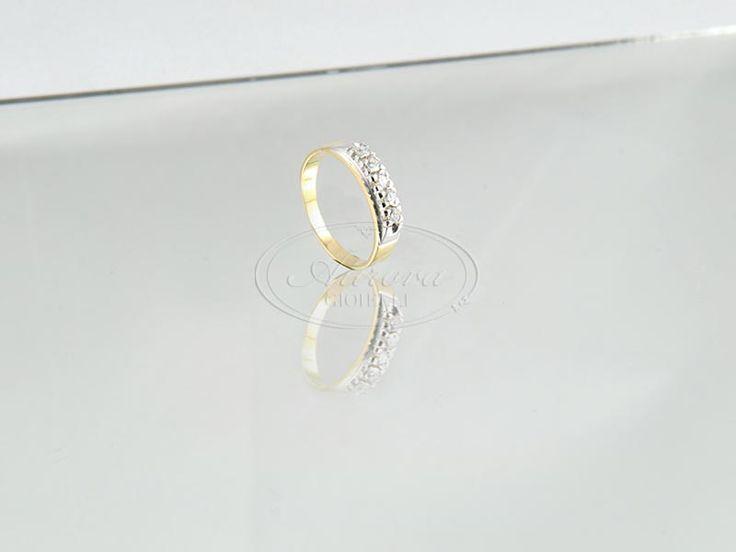 La riviera è uno dei primi anelli ad essere regalato. Viene realizzata con diamanti e pietre prezioseabbinate all'oro bianco, oro giallo oppure oro rosa. L'anello ècomposto da un minimo di tre ad un massimo di sette pietre preziose. E'la tipologia di anello più adatta all'occasione del fidanzamento. Vuoi una riviera personalizzata? Parlaci del tuo desiderio...