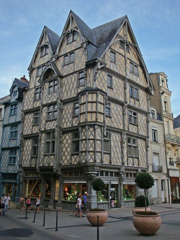 La Maison d'Adam, boiseries et ardoises, majestueuse. Angers - Maine et Loire - France
