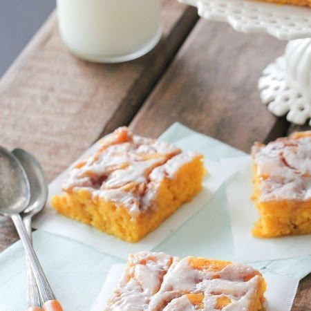 Cinnamon Roll Pumpkin Vanilla Sheet Cake | All the leaves are brown ...
