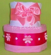 Różowy torcik dwupiętrowy z pieluszkami pampers. Idealny dla dziewczynki http://basmar-pabianice.pl
