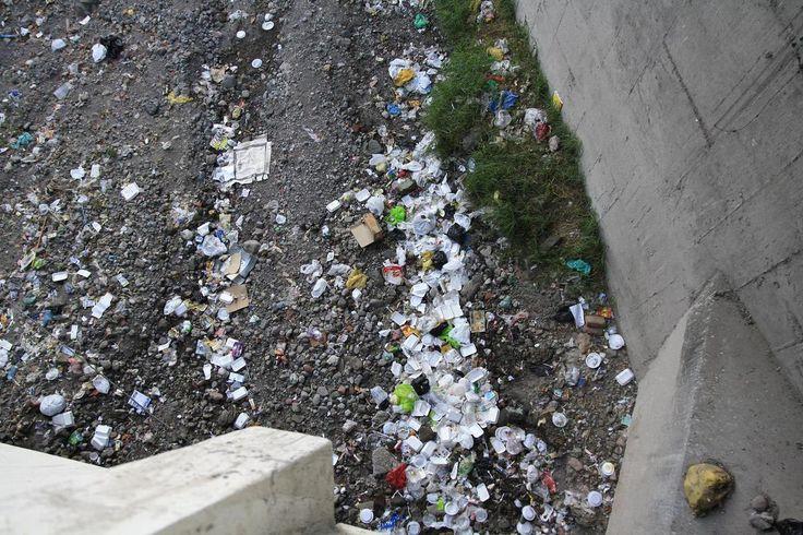 Nous ne sommes pas dans une décharge, juste dans le centre ville d'Arequipa. Nous nous dirigeons vers un parc. Nous traversons la route et découvrons ce cours d'eau asséché rempli de déchets...